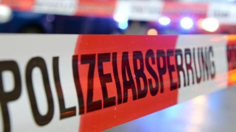 Bei einem Serienunfall auf der Autobahn 5 nördlich von Frankfurt sind am Freitag drei Menschen schwer verletzt worden.