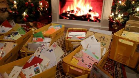 Wunschzettel liegen in der Weihnachtspostfiliale in Kisten.