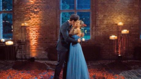 Melissa Damilia küsst im Finale der RTL-Flirtshow «Die Bachelorette» Leander Sacher.