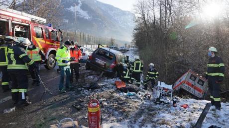 Einsatzkräfte an der Unfallstelle in Bayerisch Gmain.