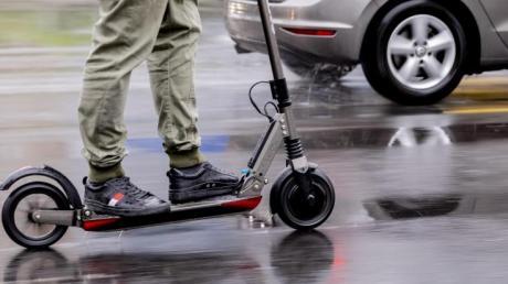 Ein Mann fuhr mit seinem getunten E-Scooter auf der Wiblinger Straße in Neu-Ulm. Er wurde von der Polizei erwischt.