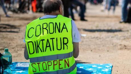 Ein Teilnehmer trägt auf dem Cannstatter Wasen bei einer Kundgebung der Initiative «Querdenken 711» eine Warnweste mit der Aufschrift «Corona Diktatur stoppen».