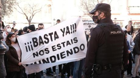 «Schluss damit, ihr ruiniert uns» steht auf einem Banner, das Demonstranten während einer Kundgebung vor dem Consolat de Mar halten, dem Sitz der Regierung der Balearen in Palma de Mallorca.