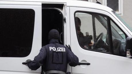 Einsatzkräfte der Bundespolizei stehen bei einem Einsatz in einem Wohngebiet in Salzgitter, Niedersachsen.