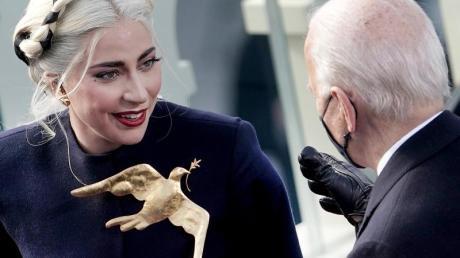 Lady Gaga mit goldener Friedenstaube bei der Amtseinführung von Joe Biden.