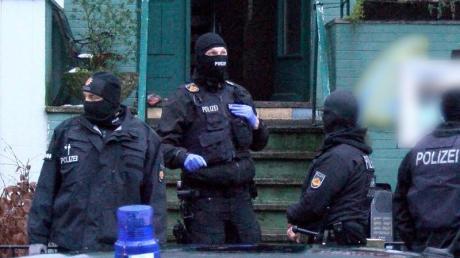 Polizisten während der Razzia in Bremen.