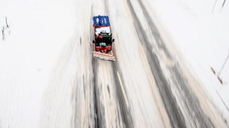 Der Winterdienst fährt am verschneiten Terrassenufer in der Altstadt von Dresden.