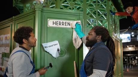"""Tyron Ricketts spielt in """"Herren"""" den aus Brasilien stammenden Ezequiel (links), der in einer Kampfsportschule hinschmeißt und sich dann als Kloputzer verdingt."""