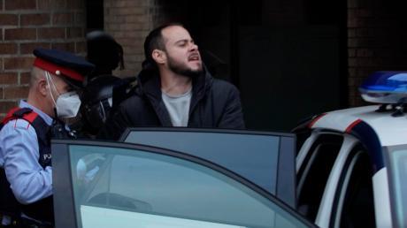 Polizisten führen am Dienstag den Rapper Pablo Hasél vor einer Universität ab.