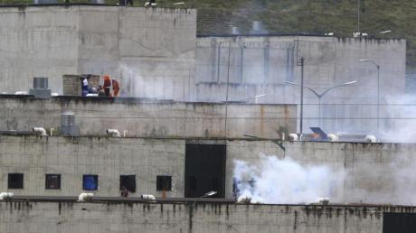 Tränengas steigt aus Teilen eines Gefängnisses in der Stadt Cuenca auf.