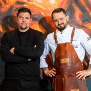 """In Folge 3 von """"Kitchen Impossible"""" 2021 fordert heute Alexander Wulf Gastgeber Tim Mälzer heraus. Alle Infos zur Sendung gibt es hier in der Vorschau."""