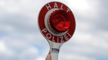 Die Polizei stoppte in Kleinaitingen den Fahrer eines Sattelschleppers.