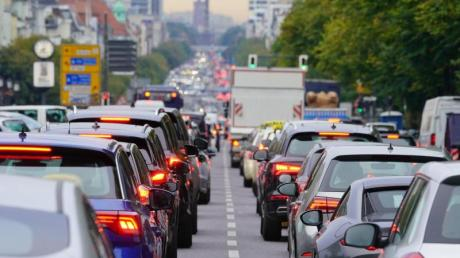 Berufsverkehr in Berlin: Werden die Autofahrer nachEnde der Pandemie wieder so häufig im Stau stehen wie früher?.