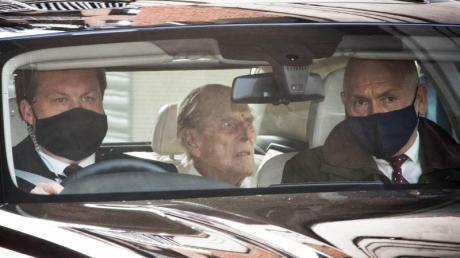 Prinz Philip (M) verlässt das Krankenhausgelände in London.