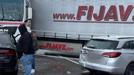 Fahrzeuge stehen quer nach einer Massenkarambolage auf der Autobahn A9.