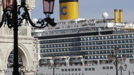 Das Kreuzfahrtschiff «Costa Deliziosa» fährt am Markusplatz in Venedig vorbei.