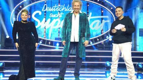 Sängerin Maite Kelly, Moderator Thomas Gottschalk und Sänger Mike Singer stehen auf der Bühne. Gottschalk nimmt in den diesjährigen Final-Shows den Platz von Chef-Juror D. Bohlen ein.