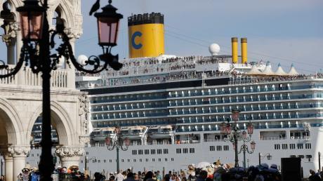 """Die Lagunenstadt Venedig will Kreuzfahrtschiffe (hier die """"Costa Deliziosa"""") nicht mehr so nahe an seinen historischen Stätten – wie etwa am weltberühmten Markusplatz – ankern lassen."""