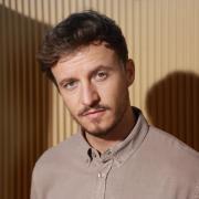 """Tommi Schmitt ist Gastgeber der neuen ZDFneo-Show """"Studio Schmitt"""". Hier erfahren Sie mehr zum Start, den Sendeterminen, der Sendezeit, den Wiederholungen und zum Inhalt der neuen Show."""