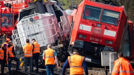 Die verunglückten Loks in der Nähe vom Bahnhof Fallersleben. Am Mittwochabend war eine Lok mit dem Triebfahrzeug eines Güterzuges kollidiert. Verletzt wurde niemand.