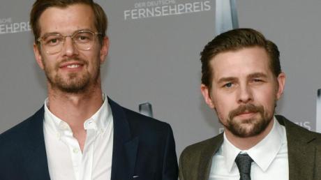 Joko Winterscheidt (l) und Klaas Heufer-Umlauf 2017 beim Deutschen Fernsehpreis.