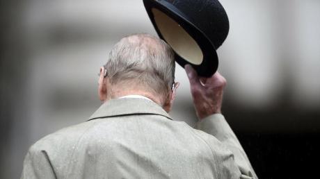 Der britische Prinz Philip zückt den Hut (2017).