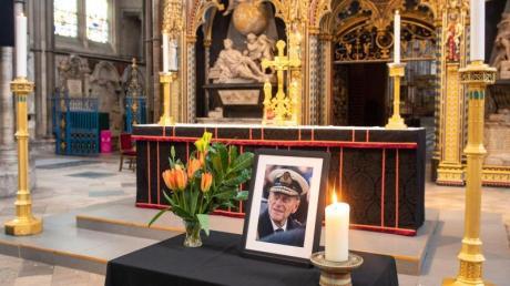 Ein Foto von Prinz Philip, Herzog von Edinburgh, und eine brennende Kerze in der Westminster Abbey.