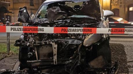Ein ausgebranntes Auto in der Hannoverschen Straße in Berlin.