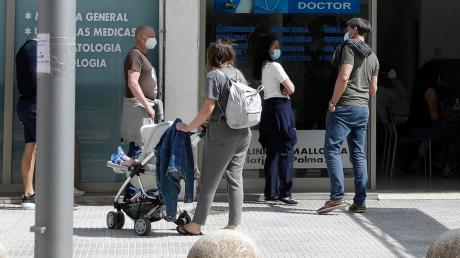 Wartende vor einem Covid-19-Testzentrum auf Mallorca.
