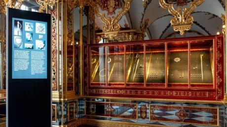 Knöpfe, Schnallen und Perlenketten sind zurück in der reparierten Vitrine im Grünen Gewölbe. Doch es gibt auch leere Stellen - dort, wo die geklauten Schmuckstücke lagen.