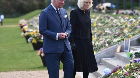 Noch immer werden vor dem Buckingham Palace Blumen und Beileidskarten abgelegt. Prinz Charles und seine Frau Camilla besichtigten die inoffizielle Gedenkstätte amDonnerstag.