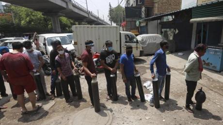 Menschen stehen in Neu-Delhi Schlange, um Sauerstoffflaschen aufzufüllen.