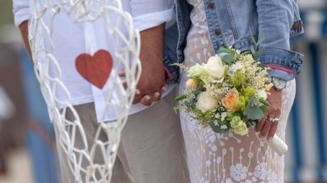 Wegen der Corona-Pandemie mussten viele Hochzeiten ausfallen. Ein paar muss nun dennoch über 7000 Euro zahlen.
