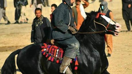 Buskaschi ist ein Reiterspiel - ähnlich wie Polo. Allerdings wird nicht um einen Ball gekämpft, sondern um einen Tierkadaver, den es in einen Kreidekreis zu bugsieren gilt.