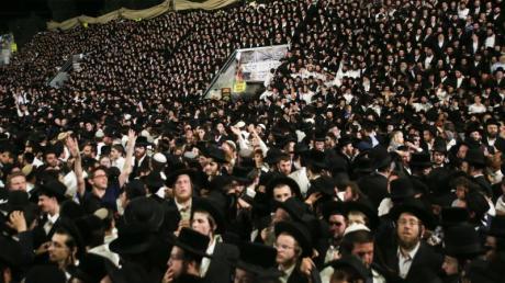 Menschen während der Feier des jüdischen Feiertags Lag Baomer auf dem Berg Meron.