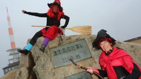 Irmgard Eggert und Hannelore Beyer aus Halberstadt sind am Walpurgistag im Hexenkostüm auf den Brocken gekommen.