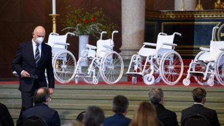 Dietmar Woidke (SPD), Ministerpräsident von Brandenburg, geht während eines Gedenkgottesdienstes in der Nikolaikirche für die getöteten Bewohner des Oberlinhauses nach seiner Rede an den vier weißen Rollstühlen im Altarraum vorbei zu seinem Platz.
