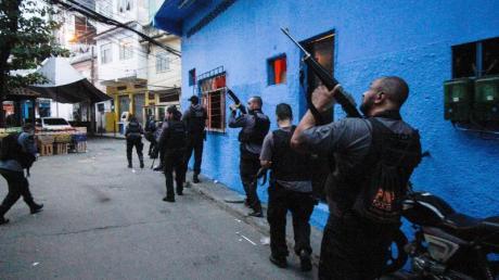 Polizisten führen einen Einsatz gegen Banden in der Favela Jacarezinho durch.