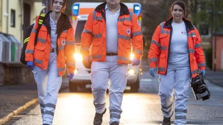 Jana Leonhardt (l-r), Hendrik Porcher und Kerstin Märker, Notfallsanitäter des Deutschen Roten Kreuzes (DRK), nach einem Einsatz.