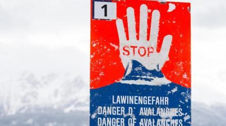 Das Symbolbild zeigt ein Lawinenwarnschild im österreichischen Tirol.
