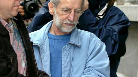 Der französische Serienmörder Michel Fourniret (M) wird im Juli 2004 im belgischen Dinant in ein Gerichtsgebäude gebracht.