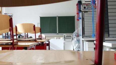 Noch sind viele Klassenzimmer leer, erst nach den Pfingsten können in Augsburg wohl wieder mehr Schüler zurück.