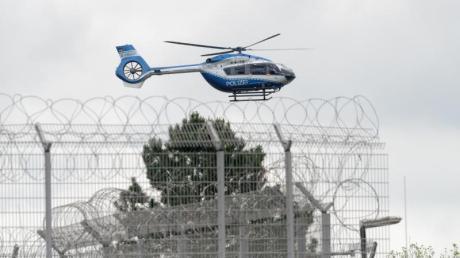 Ein Hubschrauber der Polizei startet vom Gelände der JVA Ossendorf in Köln. Thomas Drach ist von den Niederlanden an Deutschland ausgeliefert worden.