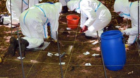 Beamte der Spurensicherung der Kriminalpolizei Ingolstadt suchen in einemWaldstück nach Knochen eines seit 2002 vermissten jungen Paares.