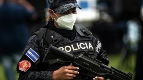 Eine Polizistin in El Salvador mit schwerem Geschütz. (Symbolbild).