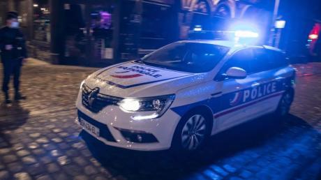 Polizisten patrouillieren in Paris. (Symbolbild).