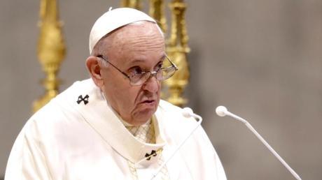 Papst Franziskus spricht während einer Zeremonie zur Weihe von neun neuen Priestern. (Archivbild).