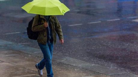 Vielerorts in Bayern gehörte ein Regenschirm nicht nur über Pfngsten zur Grundausstattung.