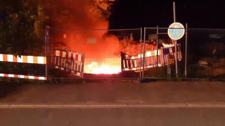 Starkstromkabel brennen in einer Baugrube in München. Durch das Feuer gab es einen weiträumigenStromausfall.