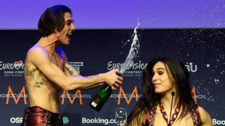 Sänger Damiano (links) und Gitarrist Ethan von der Band Måneskin (Italien) freuen sich nach dem Gewinn des Eurovision Song Contests (ESC).